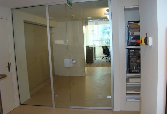 Glazen aanslagdeur kantoor